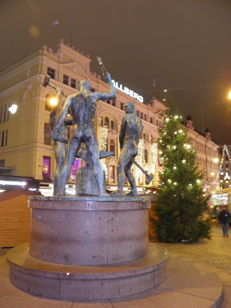 Image of Three Smiths Statue. statue finland helsinki christmastree елка финляндия статуя хельсинки