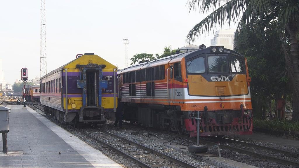 תמונה של תחנת רכבת בנגקוק. train thailand asia southeastasia diesel bangkok locomotive hualamphong diesellocomotive thairailways asianrailway