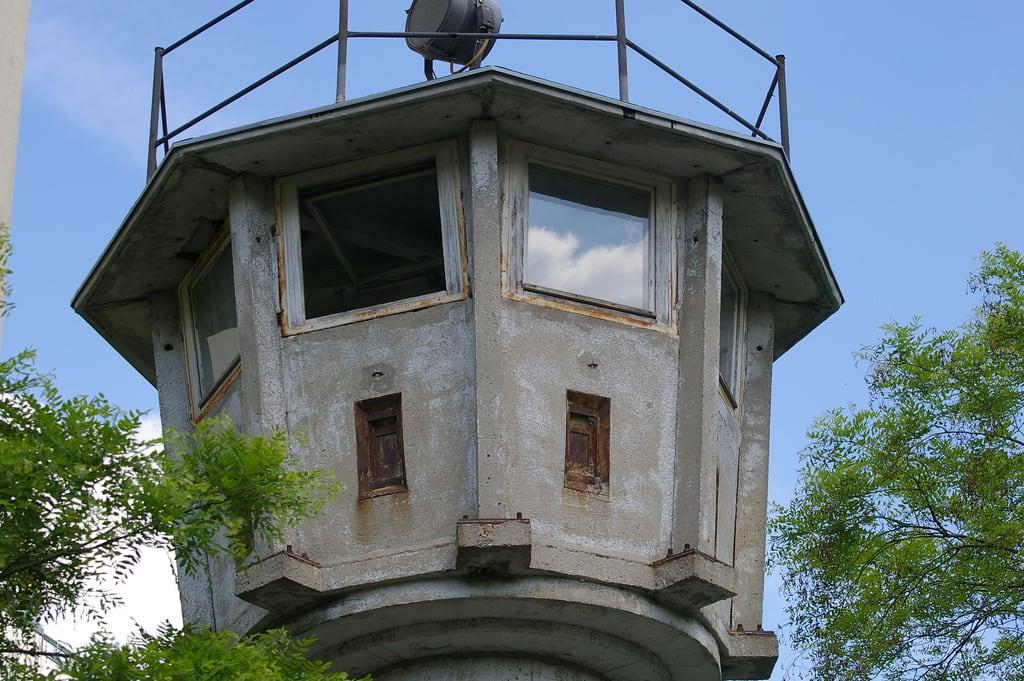 Bild von Berlin Wall Watchtower. berlin tower wall