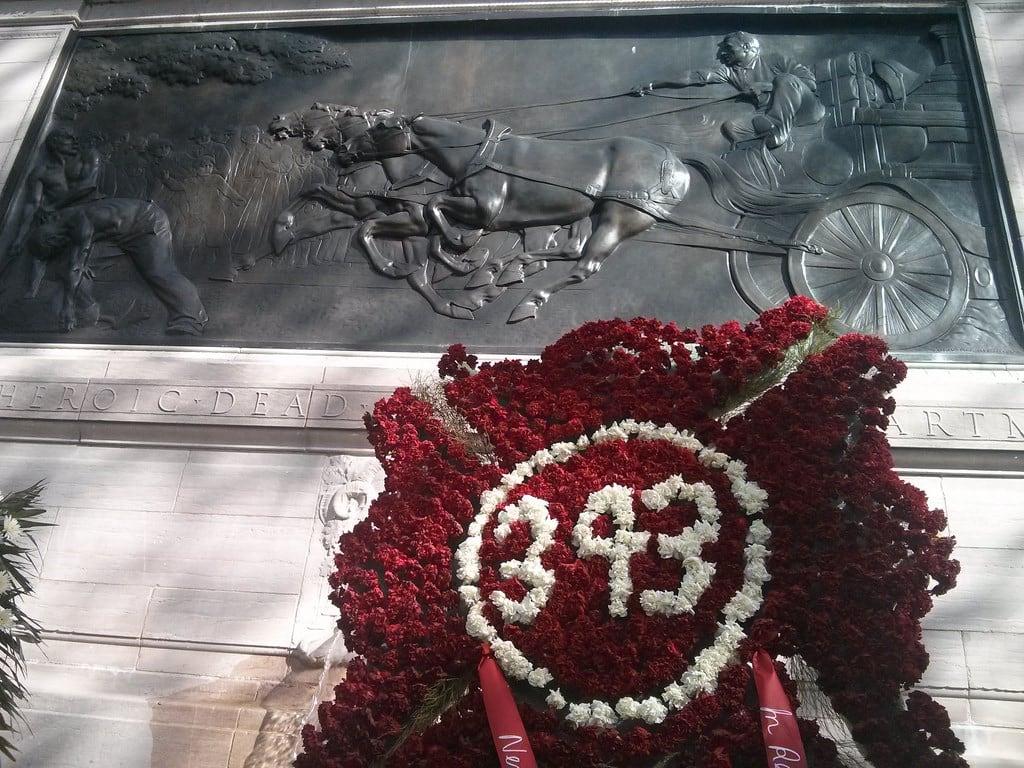 Bilde av Firemen's Memorial. flowers sculpture 343 firemensmemorial