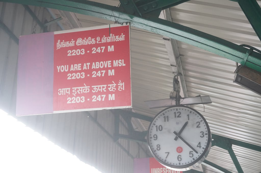Billede af Nilgiri Mountain Railway. india clock station sign railwaystation trainstation elevation ooty nilgiri udagamandalam nilgirimountainrailway