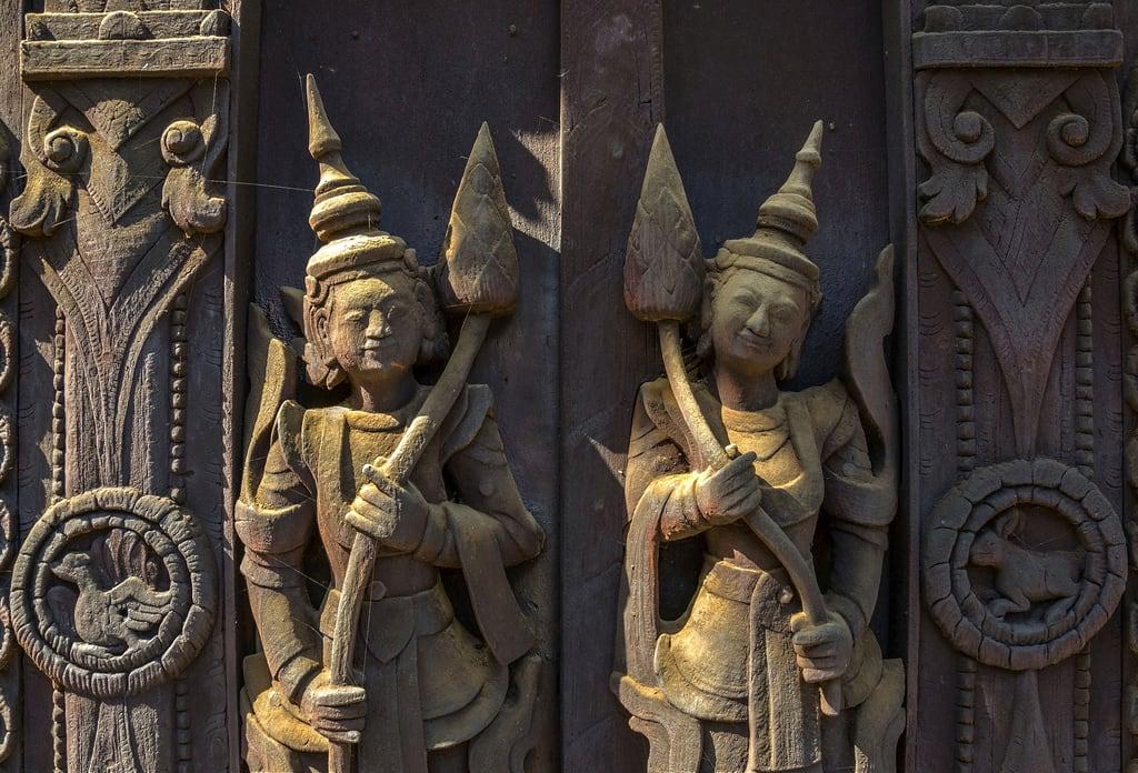 Imagen de Shwe In Bin Kyaung. wood sculpture madera asia raw burma buddhist buddhism bin escultura monastery single myanmar southeast monasterio hdr mandalay teak budismo teca budista sudeste asiatico shwe birmania kyaung inbin inbinkyaung