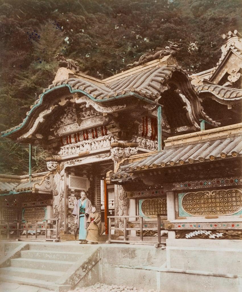Nikko Toshogu 的形象. color monument paperprint positive handcolored albumen