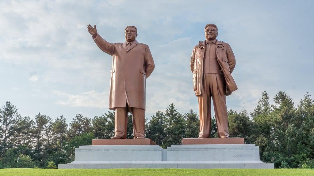 Image of Kim Il-sung and Kim Jong-il Statues. statue kimjongil kp northkorea dprk kimilsung nordkorea hamhung southhamgyong hamhŭng