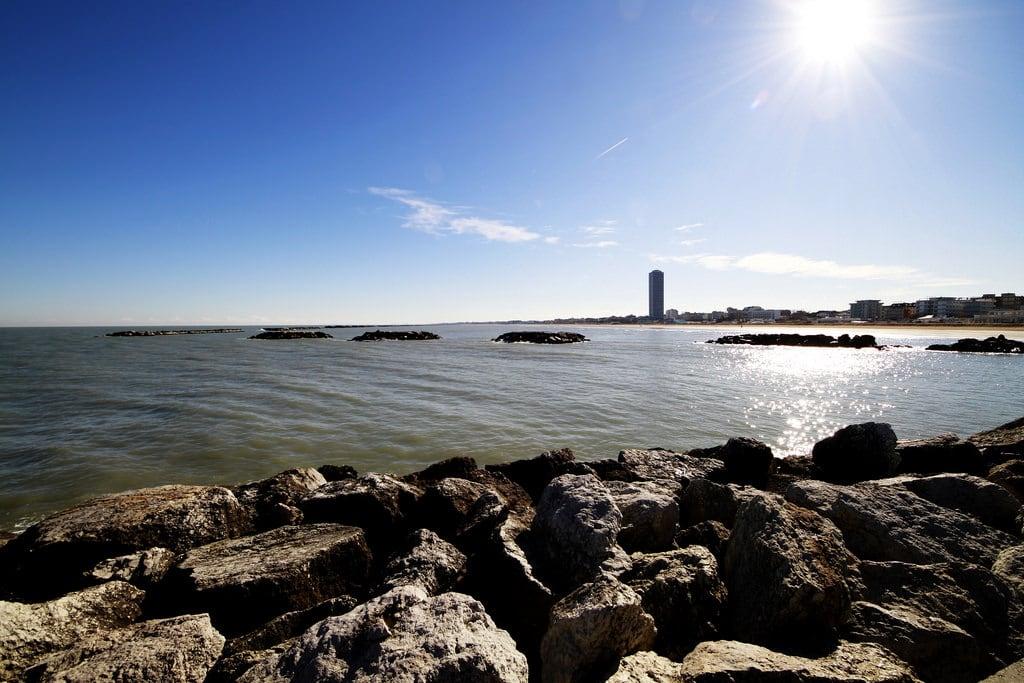 Spiaggia35 Bagno Ambasciata 的形象. sea sky beach water rock canon landscape seaside mare sigma cielo 8mm grattacielo spiaggia molo paesaggio adriatic skycraper adriatico cesenatico 816mm eos7d