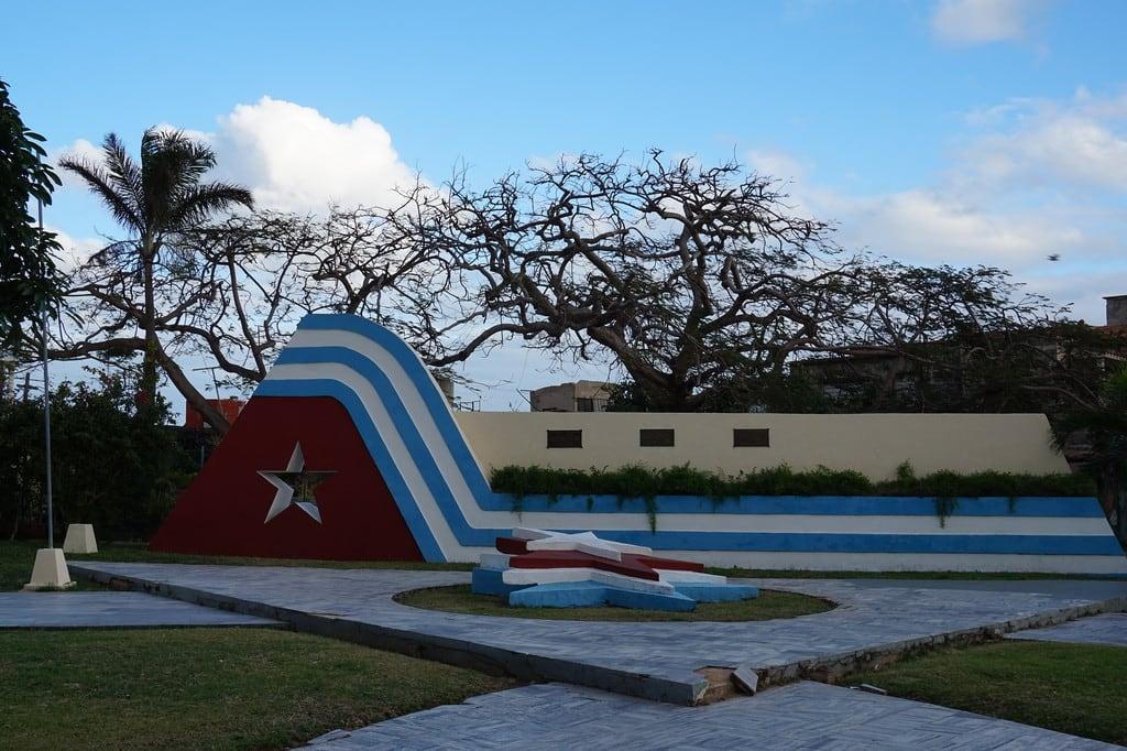 Immagine di Varadero Spiaggia con una lunghezza di 10190 metri. varadero cuba caribbean sun outdoors sky clouds beach flag plaza square