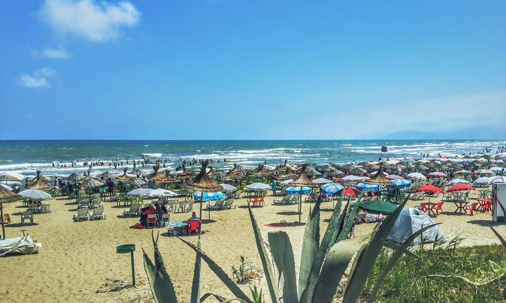 Imagine de Plage Martil. tetouan tetuan cabonegro plage beach aloevera aloe vera cabo negro sand sable sky ciel sun soleil parasol mer sea