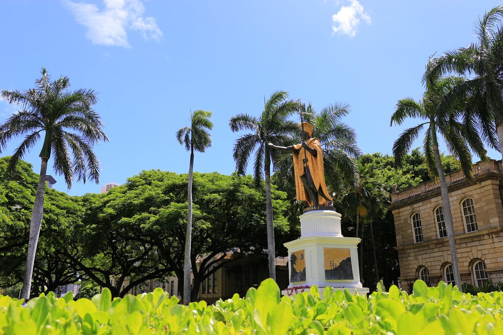 Image de King Kamehameha the Great Statue. palmtrees hawaii kamehameha kingkamehameha statue hawaiianroyalty royalty conqueror legendary badass dragonball tropical hawaiianking warrior