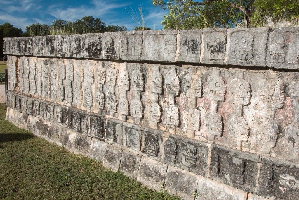 תמונה של Chichen Itzá ליד San Felipe Nuevo. 2017 mexico yucatan january winter mayan chichenitza ruins mexique estadosunidosmexicanos platformoftheskulls tzompantli altar sacrifice skulls mexiko 墨西哥