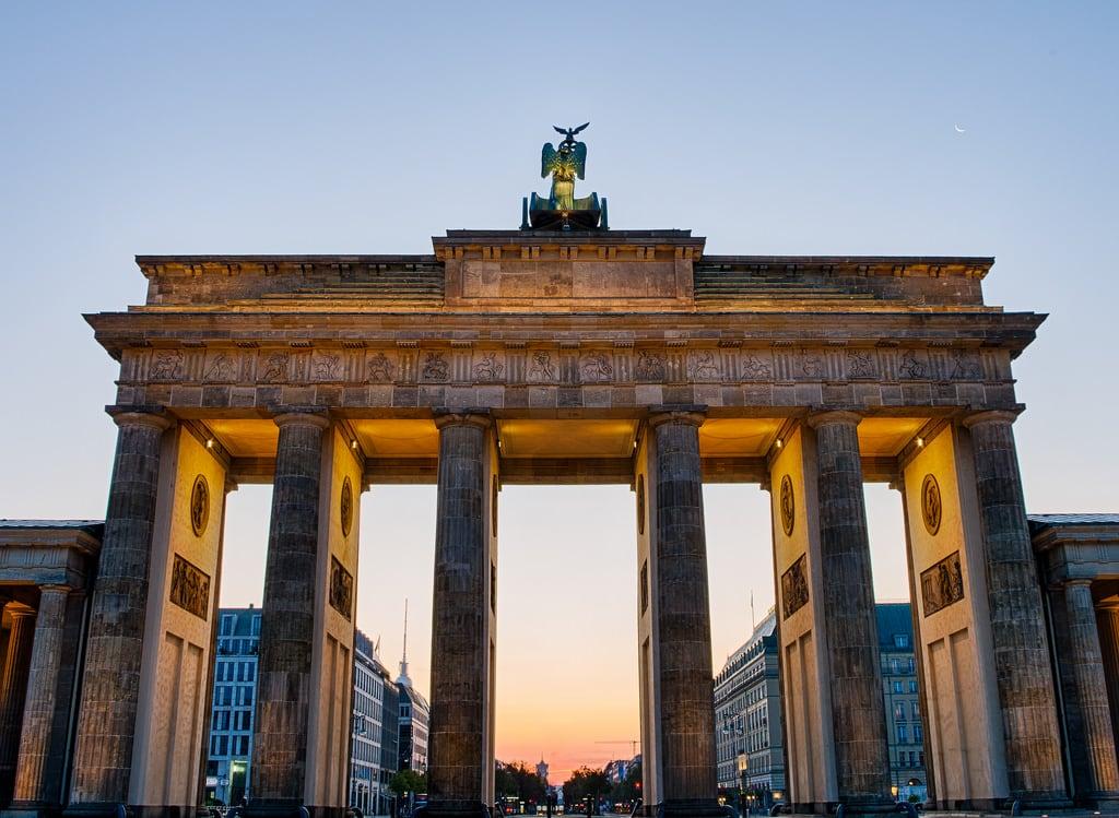 Bild von Brandenburger Tor. brandenburg gate sunrise berlin germany hdr