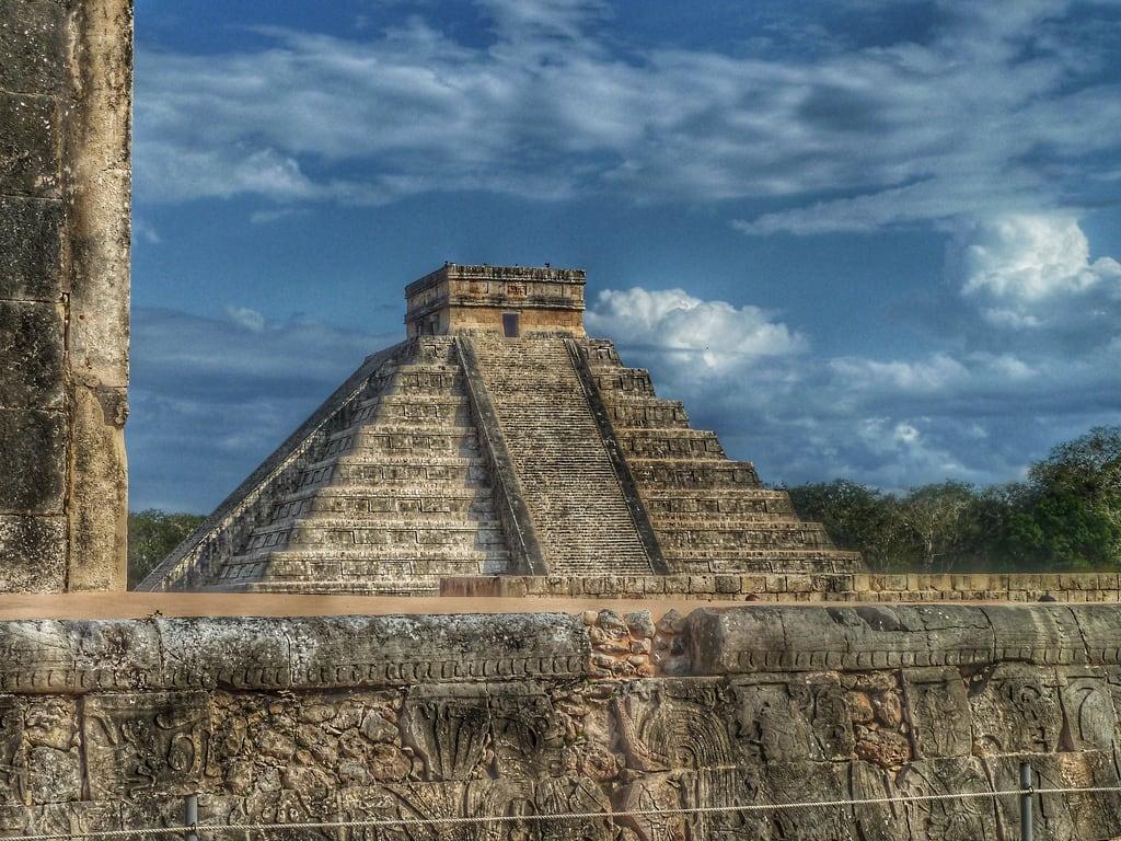 תמונה של Chichen Itzá ליד San Felipe Nuevo. jungle trees travel chichenitza pyramid steps blue cloud sky wall stone stonewall archeology archeological architecture ruin temple mexico