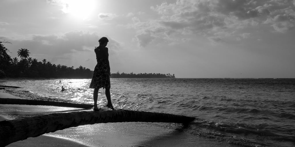 Image de Plage d'une longueur de 948 mètres. 2016 blackandwhite beach backlight contraluz sand sun palmtree elportillo playa samana quisqueya hispaniola mar caribbean caribe republicadominicana cmwdbw