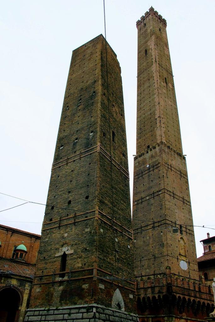 Hình ảnh của Torre Garisenda. mesegennaio cielo edificio torre architettura tours türme torres medioevo simbolodellacittà famigliaasinelli muratura