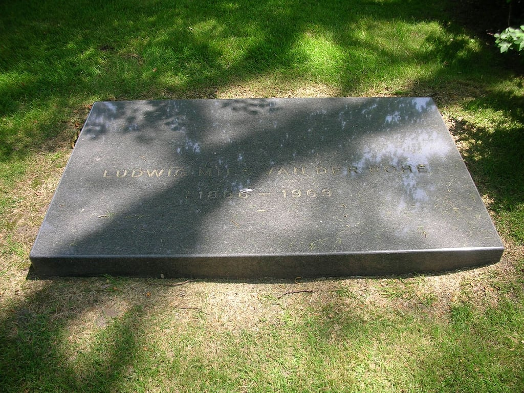 Image de Ludwig Mies van der Rohe. life chicago grave stone death sad steel casket mausoleum iit burial crown alive armour mies graceland mourn archiecture cementery crownhall ludwigmiesvanderrohe illinoisinstituteofart gracelandcementery