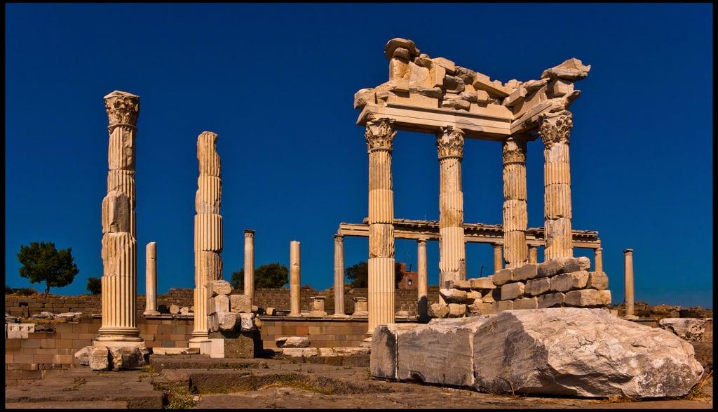 Image of Pergamon. city sea turkey greek temple mar ruins roman turkiye aegean ciudad romano ruinas empire trajan turquia templo izmir pergamon bergama griego trajano imperio egeo mysia pergamo