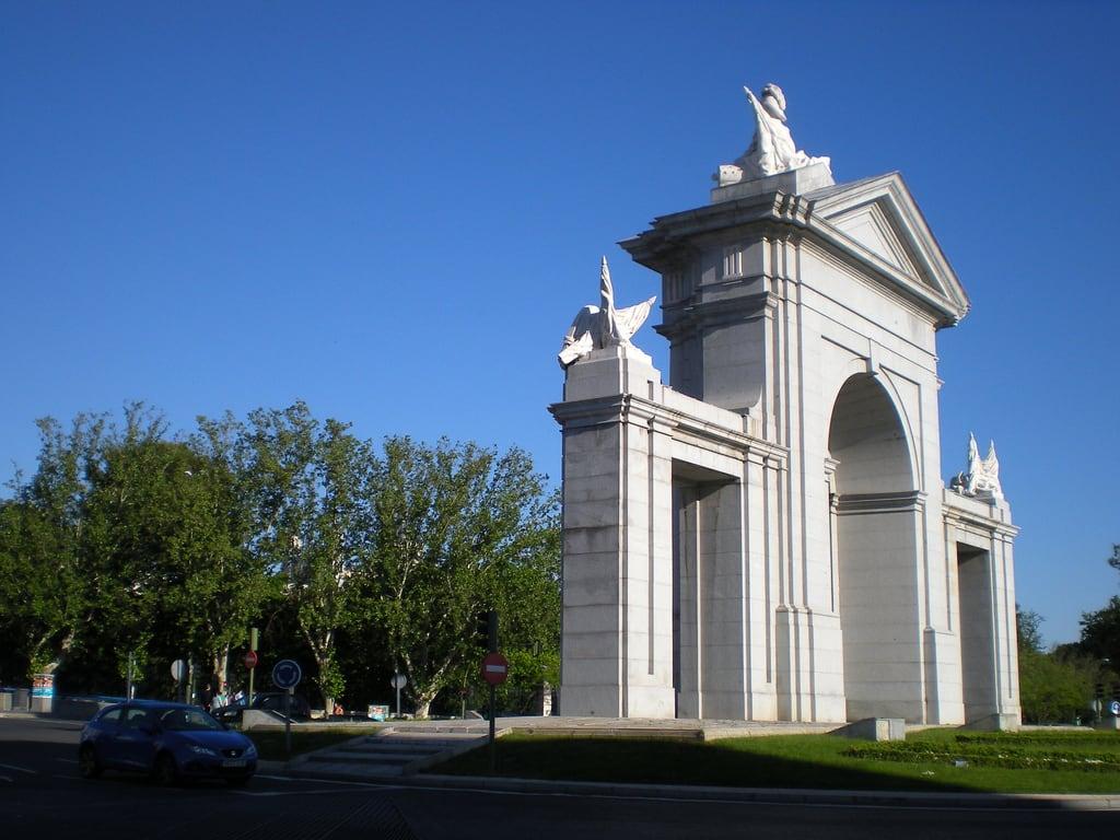 Bild av Puerta de San Vicente. madrid españa spain puerta nikon comunidaddemadrid 2013 puertadesanvicente ccby glorietadesanvicente nikoncoolpixs210 12052012 mayode2013