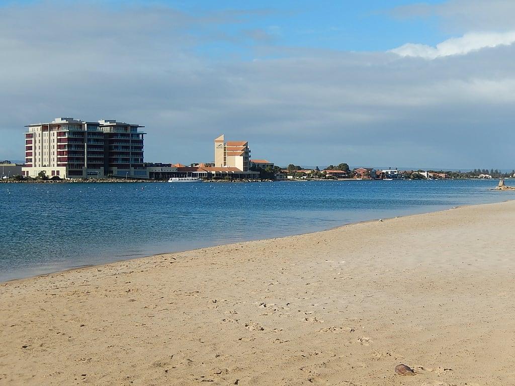 Obraz Plaża o długości 302 m. lake beach apartments change development westlakes lakesresorthotel