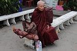 Zdjęcie:   Tajlandia  Bangkok  (mnich, tajlandia, posiedzenia)